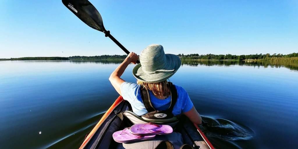 kobieta-plynaca-kajakiem-przez-jezioro